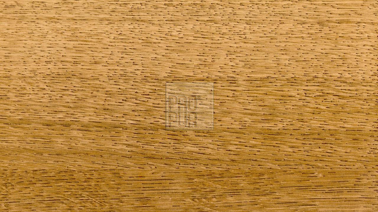 Vzhled drásaného povrchu dubu.